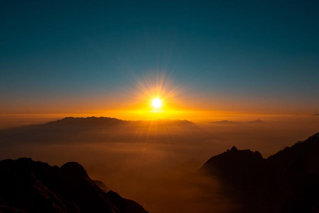 Imagem do sol nascendo representando um evento de retrocognição da Projeção Consciente